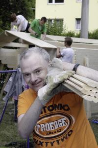 Mit vereinten Kräften wurde ein Holzhaus gebaut.