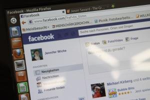 Mit Hilfe der PIKSL-Experten pflegt Jennifer Wiche ihre eigene Facebook-Seite.