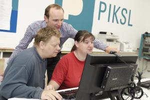 Benjamin Freese (hinten) gibt Christoph und Jennifer Wiche Tipps für das Netz.