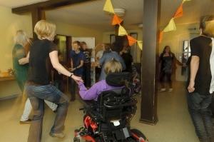 Erwachsene und Jugendliche mit und ohne Behinderungen bewegen sich ausgelassen.
