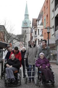 Die Bewohnerinnen und Bewohner aus dem Haus Grünrockstraße haben es nicht weit zu den Gottesdiensten in der Kirche.