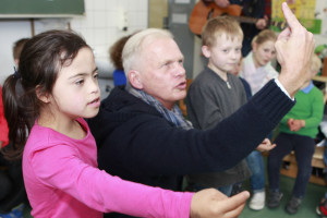 Singen und gleichzeitig gebärden - Lehrer Diethard Marxen zeigt wie es geht.