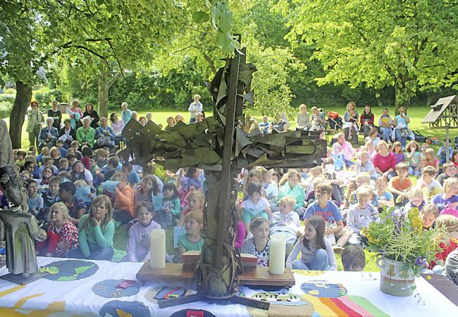OpenAir-Gottesdienst in Gevelsberg: Klienten, Schüler und Nachbarn feiern gemeinsam