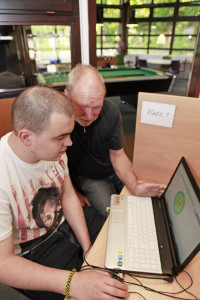 Jürgen Bünemann unterstützt Dominik Sieben beim Lernen.