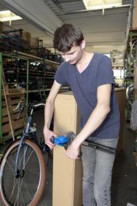 Angekommen auf dem 1. Arbeitsmarkt: Das Aufziehen von Schlauch und Mantel gehört zu Fabian Katschkurows Aufgaben.