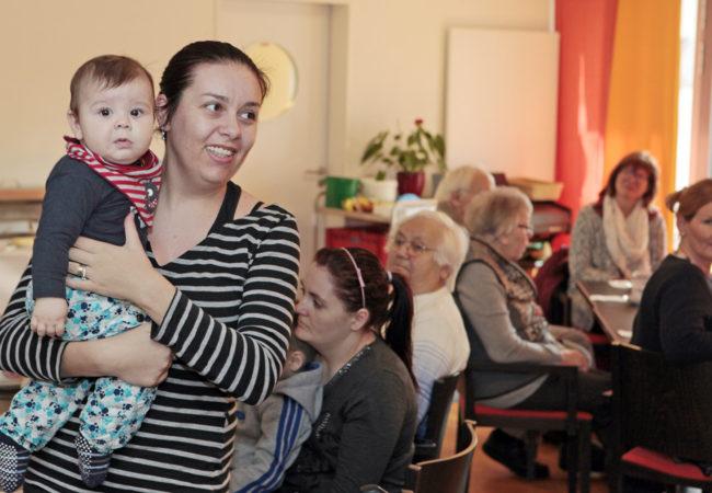 Besucherin mit Kind stellt sich vor