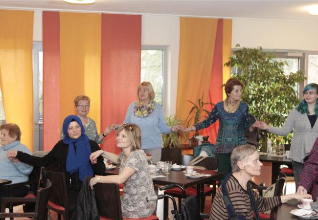 Besucherinnen singen gemeinsam