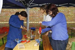 Teilnehmerinnen bauen Instrumente selbst