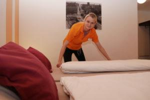 Isabell S. macht das Bett.