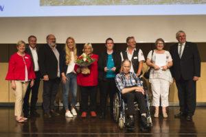 Claudia Middendorf (l.) und Karl-Josef Laumann (r.) überreichten den Inklusionspreis an (v.l.) Dr. Georg Kremer, Ulrich Weber, Jana Pavone, Annette Fuhrmann, Katharina Tielke, Anton Balz (vorne), Olaf Hormann und Claudia Große.