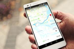 Unverzichtbarer Begleiter: Das Smartphone hilft bei der Navigation in unbekannten Städten.