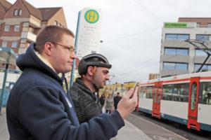 Alles im Blick: Zielsicher navigiert Mobilitätsassistent Steffen Tamm (l.) Damiano Scionte durch die Stadt.