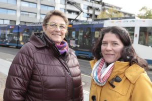 Kursleiterinnen Birgit Gansfort-Walkusch (l.) und Tanja Krüger bilden die Mobiliätsassistenten aus.