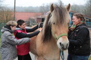 Christina Mausolff (r.) zeigte ihren Schülerinnen, wie ein Pferd fachgerecht vermessen wird.